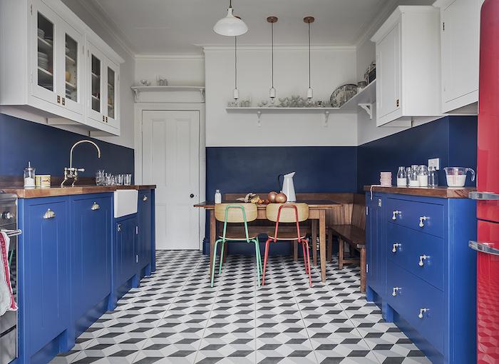 couleur peinture cuisine bleu nuit et bleu marine sur les meubles de cuisine, sol carrelage geometrique gris et blanc, meubles hauts blancs, frigo vintage rouge