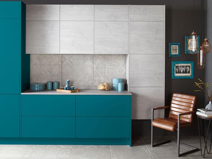 couleur bleu pétrole pour la façade d une cuisine grise, idée couleur peinture cuisine gris anthracite, chaise design