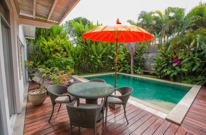comment aménager une petite cour arrière avec piscine, modèle jardin avec piscine et terrasse en bois, parasol oriental de couleur rouge