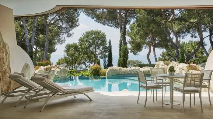 décoration autour d une piscine, modèle de petite terrasse avec revêtement en dalles et meubles transats et table café