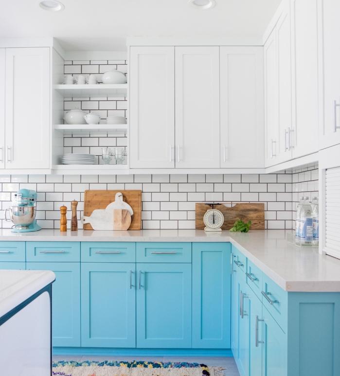 modele de cuisine blanc et bleu avec meuble bas bleu et meuble haut blanc, credence carrelage metro blanc, accents boisés
