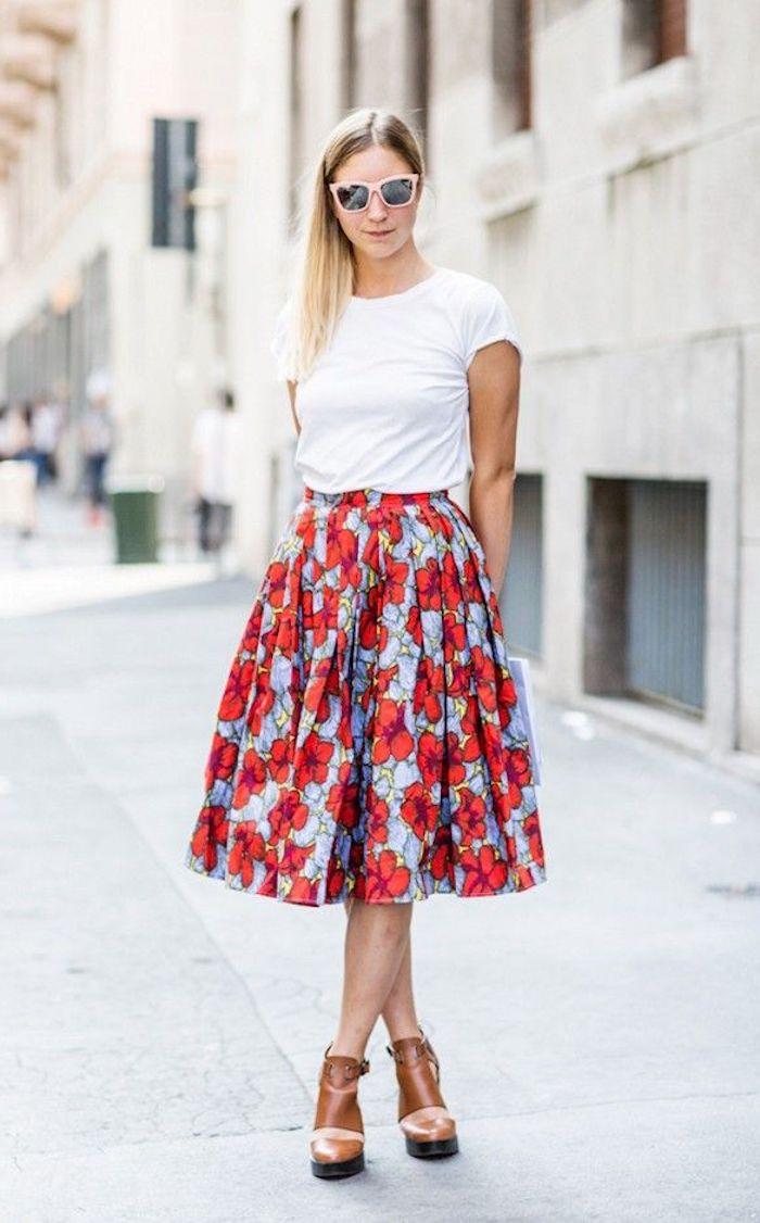T-shirt blanche et jupe trapèze fleurie, vetement annee 60, mode année 60 pour femme stylée
