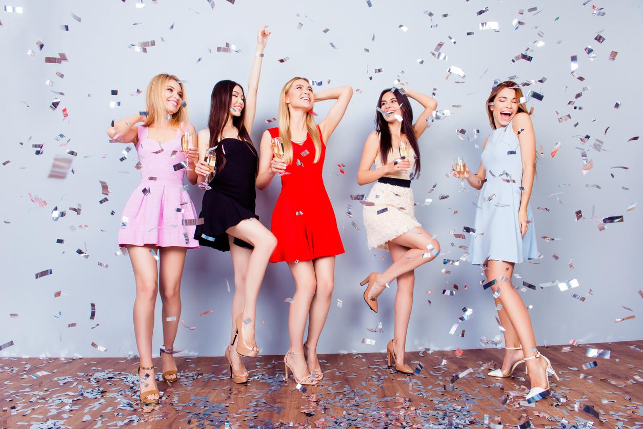 photos de robes de soirée femmes tendance courte et colorées pour briller en soirée