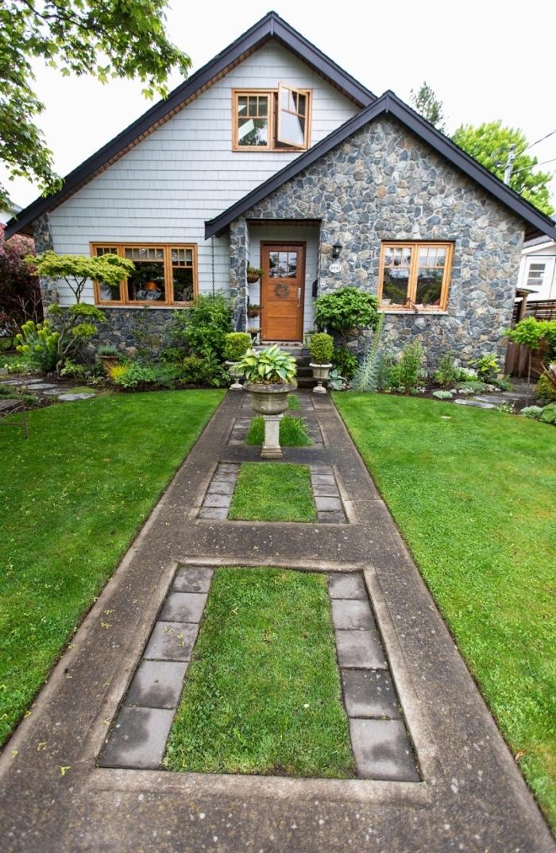 décoration extérieur d'une maison avec allée et pelouse, idée aménagement extérieur entrée maison avec gazon