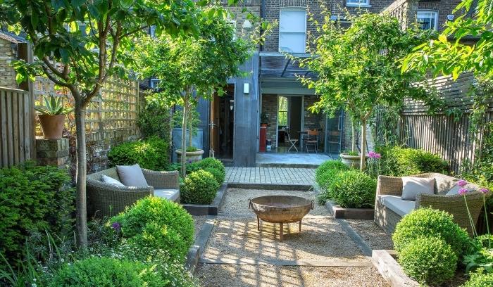 aménagement de petit jardin, modèle de jardin avec terrasse bois et sable, déco de petit jardin avec feu et meuble tressé