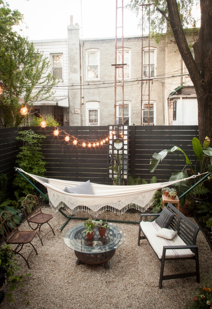 décoration jardin extérieur de style bohème avec hamac, mobilier jardin en fer forgé, idée éclairage extérieur