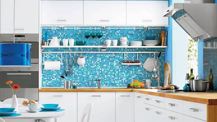 mosaique credence turquoise originale dans une cuisine bois et blanc aux accents bleus, plan de travail bois, meuble haut et bas blanc