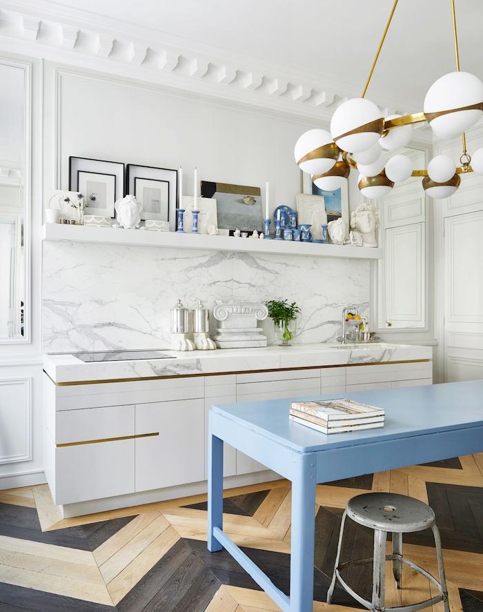 credence cuisine marbre, meuble bas couleur blanche, bar couleur bleu pastel, suspension or et blanc boules, parquet bois clair et noir