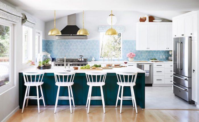 couleur bleu paon pour l ilot de cuisine et credence bleu ciel à motif geometrique, parquet bois clair, suspensions laiton