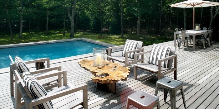 exemple d'amenagement piscine minimaliste avec meubles en bois, idée revêtement de terrasse piscine en bois