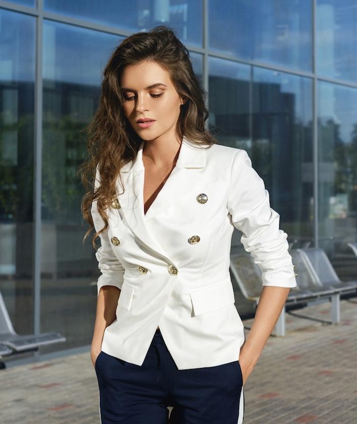 image femme en veste blanche, choisir sa veste selon la morphologie