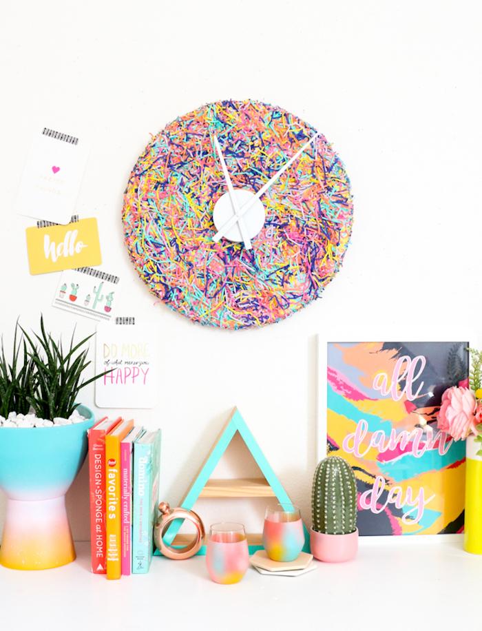 Idée déco bureau coloré, ikea rangement bureau moderne, montre ronde sur le mur, déco en bois coloré en bleu et rose