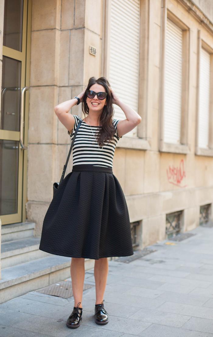 Femme parisienne, jupe trapèze et t-shirt rayé, robe pin up, s'habiller comme les femmes des années 60