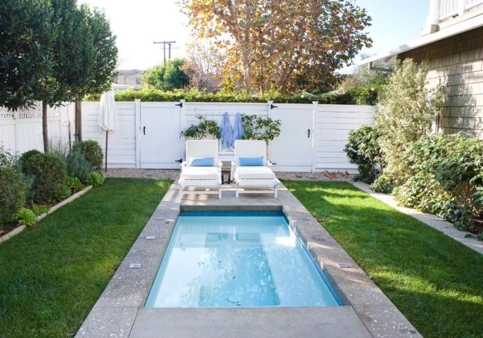comment décorer une petite cour arrière avec petite piscine rectangulaire et jardin vert, meuble de piscine transats