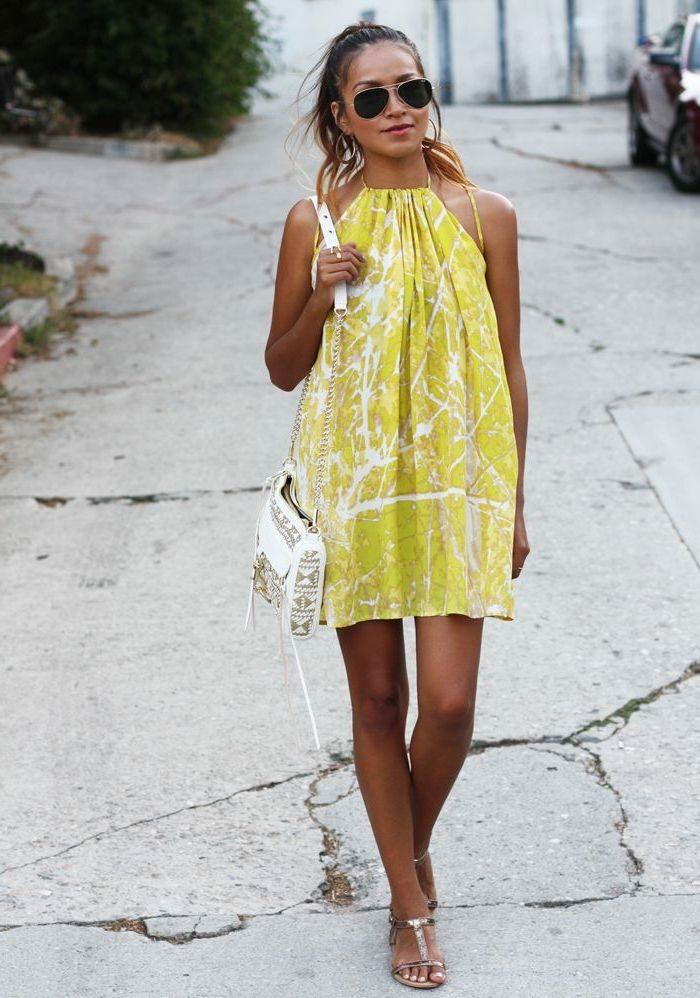Jaune robe été femme, comment savoir les tendances, tenue vacances joviale, belle robe jaune courte, sac à main blanc