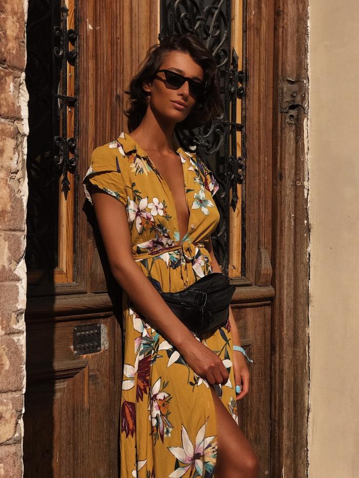Jaune fleurie robe été longue fendue, adopter une tenue tendance été 2019, belle femme, vacances d'été, robe à fleurs, lunettes de soleil