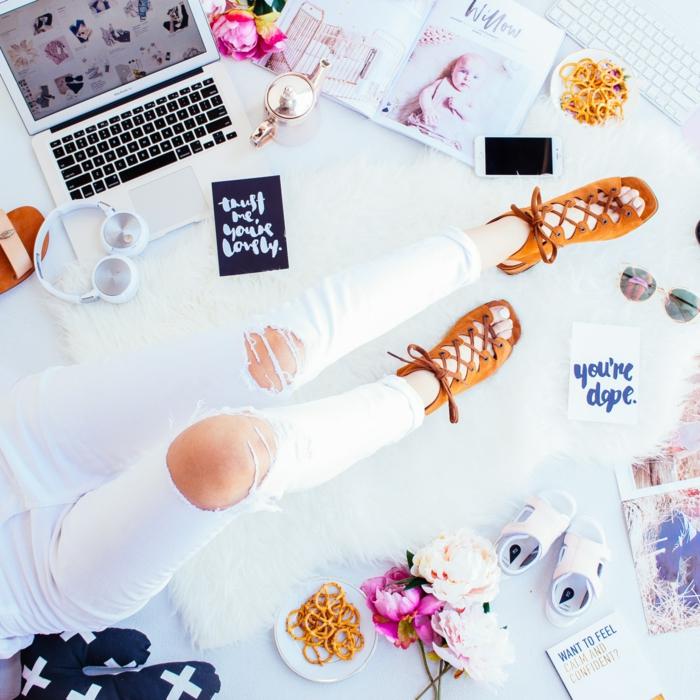 Jean blanc déchiré, mode d'été 2019, comment s'habiller bien cet ete, sandales à talon, bouquet de pivoines