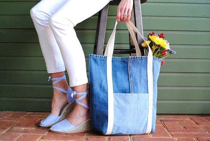 Sac à jean diy upcycling tuto couture de sac à main en tissu, idée tuto sac cabas, femme jean blanc et espadrilles violet claire