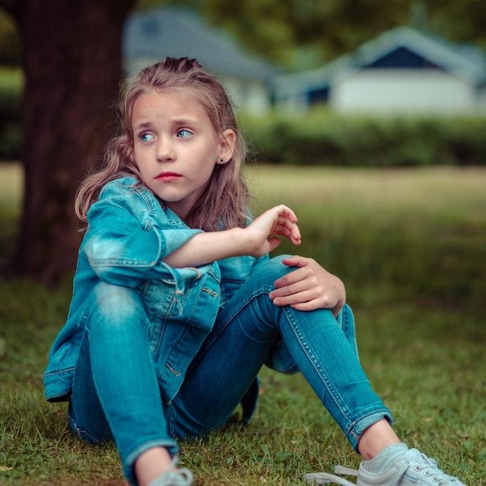 Belle fille yeux bleus, tenue tout jean, photo dans le jardin, coiffure facile cheveux mi long, coupe de cheveux petite fille