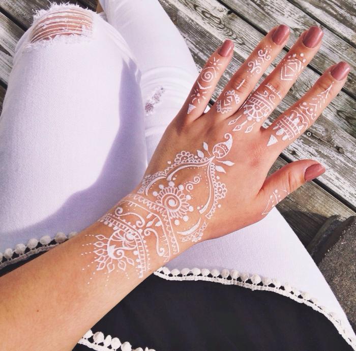 idée tatouage henné main, art corporel à effet temporaire, modèle de dessin sur peau en blanc aux motifs ethniques