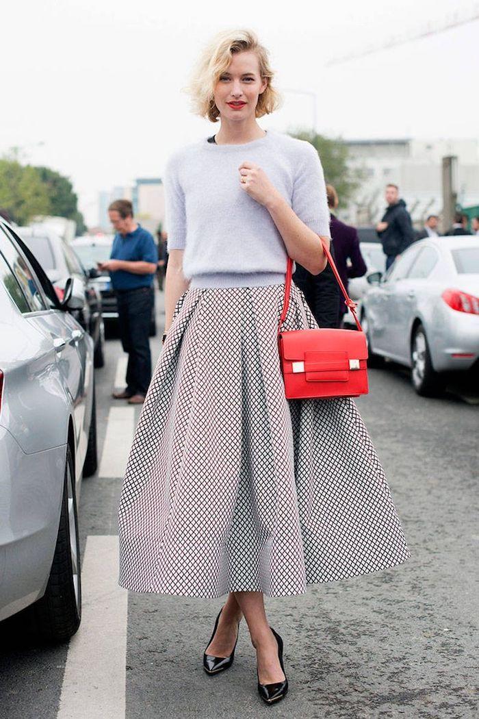 Jupe trapèze et pull bleu claire, sac à main rouge, soirée guinguette comment s'habiller, tenue rétro pour femme