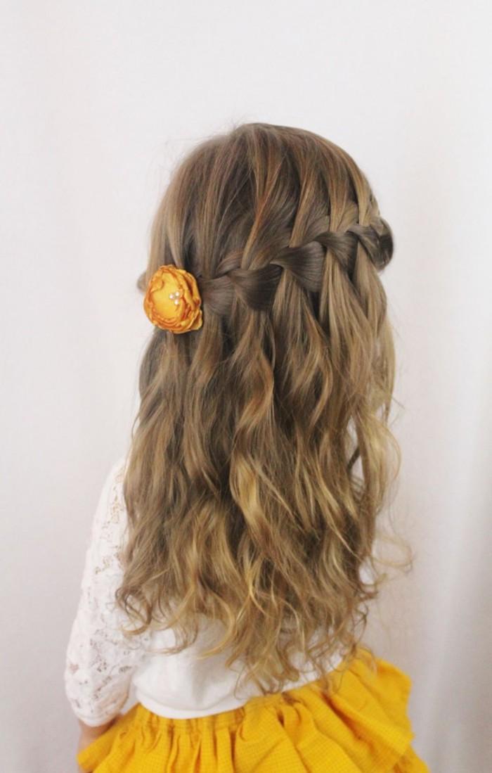 Fillette cheveux longs bouclés, tresse cascade accessoirisé de jeune fleur dans les cheveux, coiffure facile a faire, tuto coiffure cheveux court