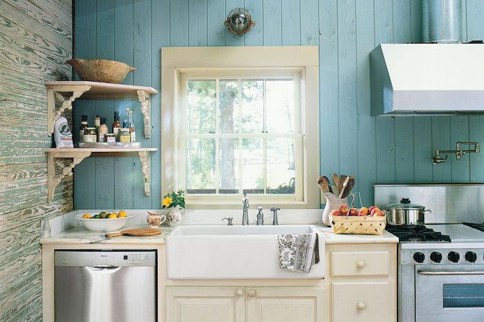idée de crédence lambris repeint en bleu pastel, deco cuisine campagne chic avec meuble bas blanc, étagère d angle vintage, évier blanc