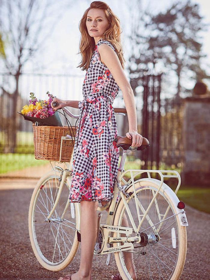 Bicyclette blanche pour fille, basket à fleurs, tenue guinguette, soirée guinguette comment s'habiller, belle femme cheveux longs
