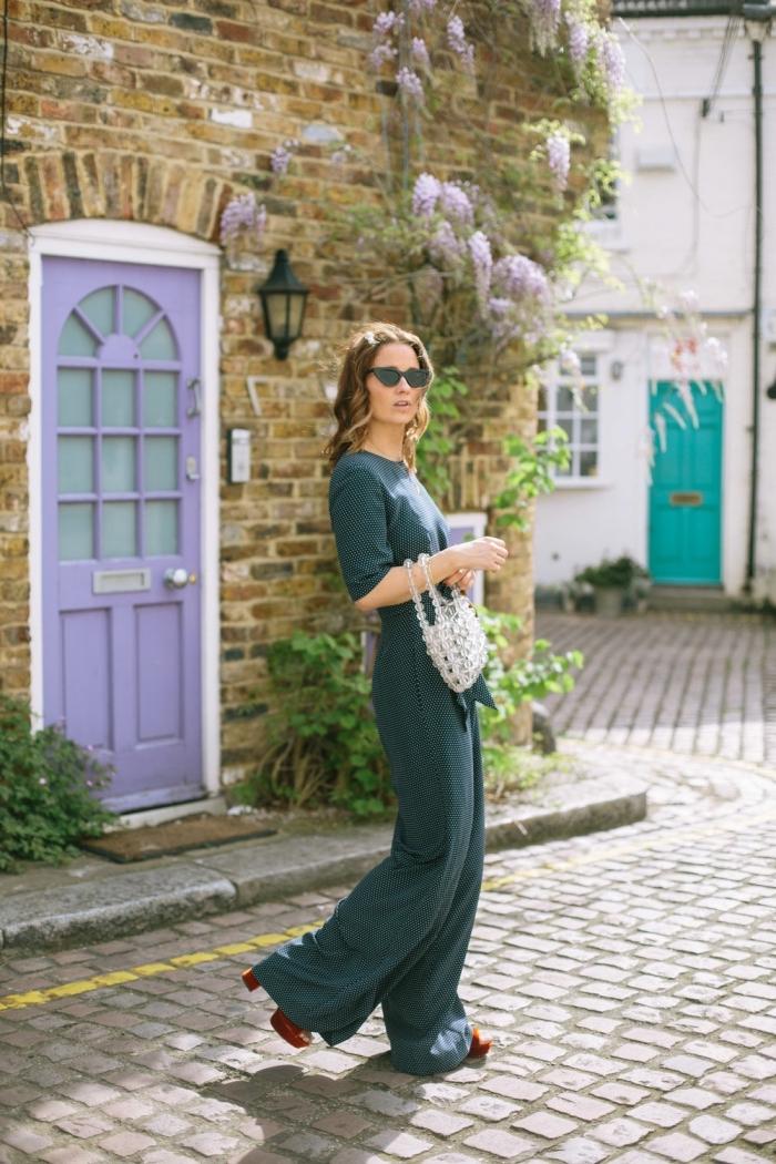 comment s habiller pour un mariage, modèle de combinaison vert foncé aux jambes larges avec manches courtes