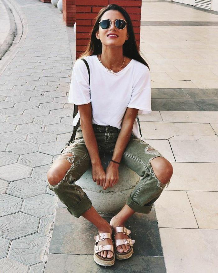 Jean déchiré vert et t-shirt blanche pour l'été tenue parfait, vetement femme tendance boheme chic, lunettes de soleil ray ban