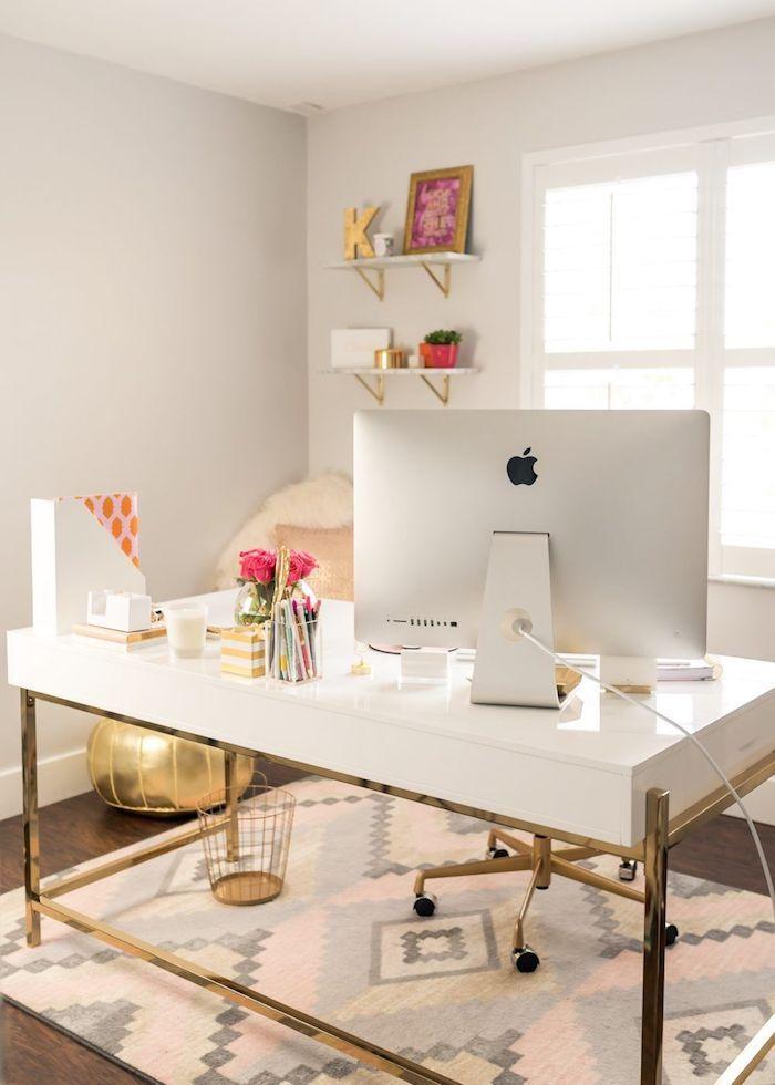 Blanc et doré bureau scandinave, deco bureau fille ado, organisation bureau, idée organisation, tabouret doré sur le sol