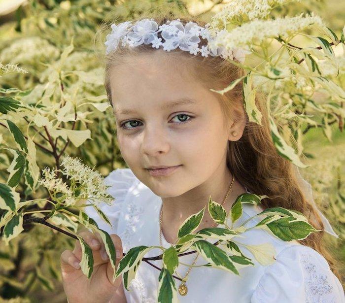Jardin coupe petite fille, coiffure petite fille mariage, photo fille couronne de fleurs