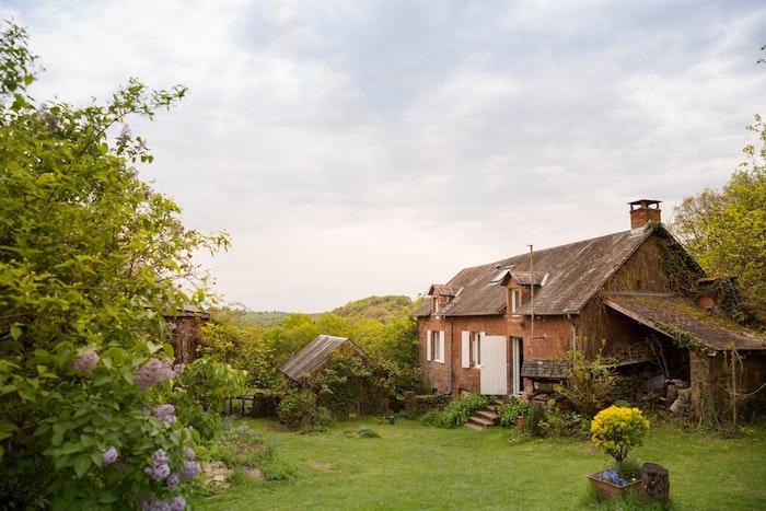 A quel prix vendre sa maison à un promoteur, maison champêtre avec beau cour vert