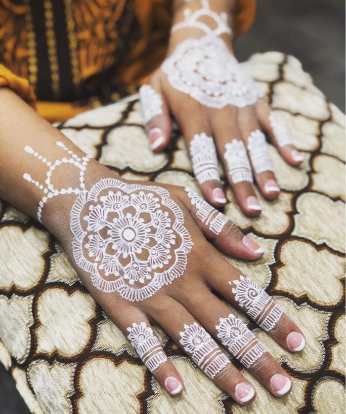 idée tatouage temporaire pour mariage, modèle de tattoo blanc sur mains aux motifs mandala, dessin blanc sur peau