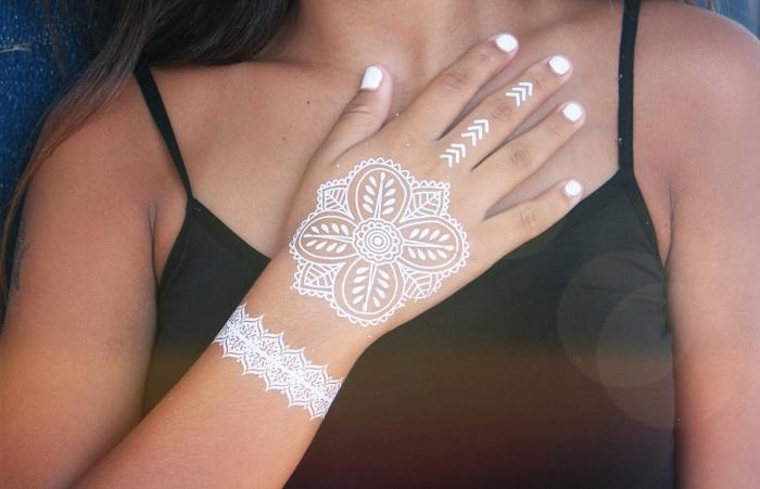 idée tattoo henné facile, modèle dessin sur peau en blanc aux motifs feuilles et mandala, tatouage temporaire effet bracelet