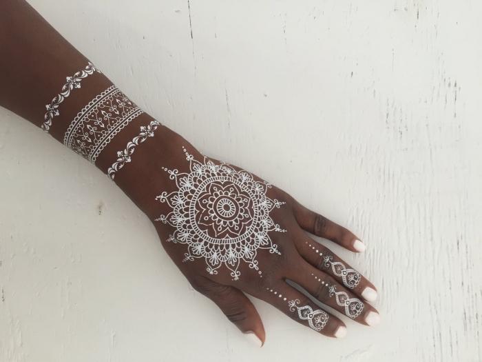 idée tatouage facile temporaire sur main, modèle de dessin sur peau à design bijoux, tattoo henné doigts et main