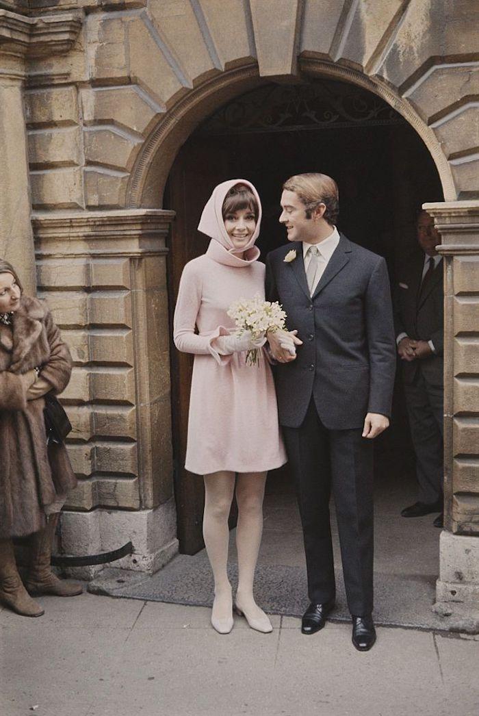 Couple mariage photo vintage style, robe rose courte, look année 50, comment s'habiller pour une soirée guinguette
