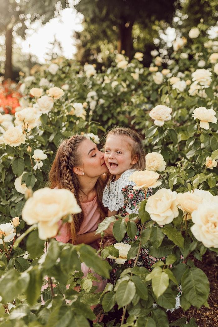 Mère et fille avec la meme coiffure, coiffure tresse, coiffure pour fillette, coiffure enfant, photo dans le jardin entre les roses