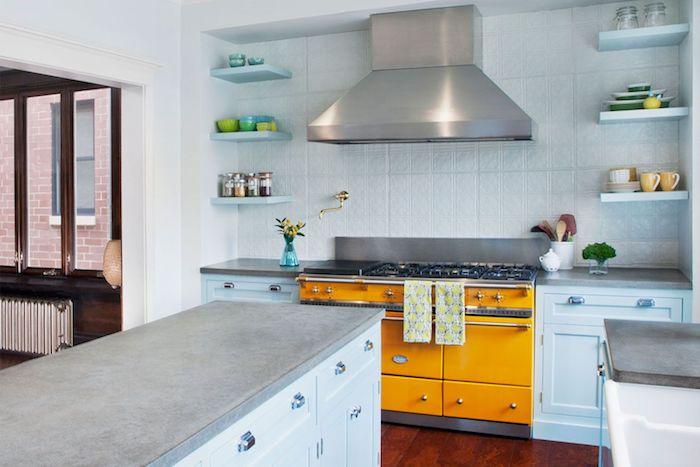 idee electromenager couleur jaune orangé, carrelage blanc à motifs, meuble de cuisine bas blanc, ilot blanc avec plan de travail gris effet beton