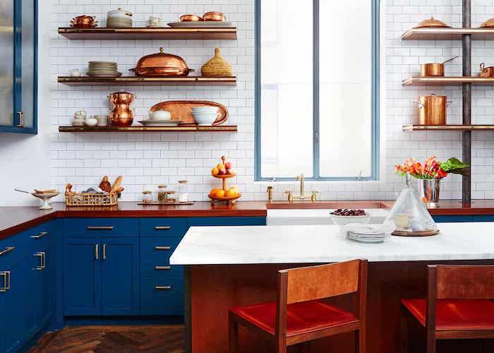 quelle couleur pour une cuisine, meuble bas de cuisine bleu nuit, credence carrelage blanc, vaisselle et ustensiles de cuisine en cuivre, ilot bois et plan ilot blanc