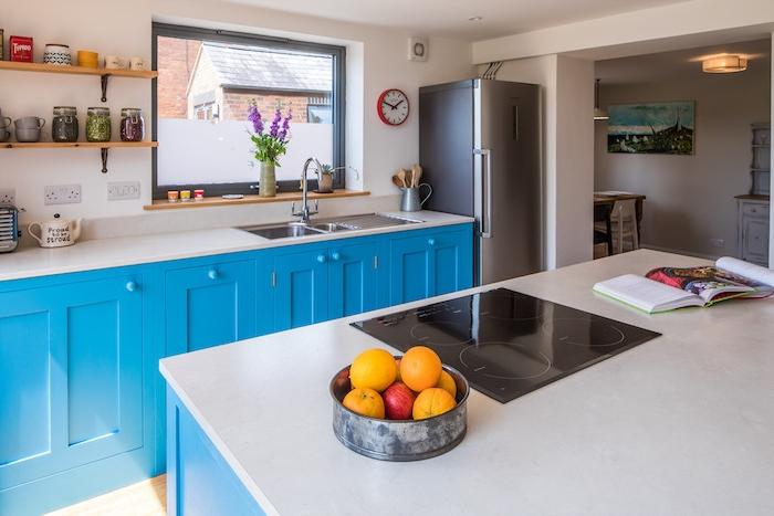 meuble bas cuisine bleu lagon et plan de travail bleu et ilot cuisine bleu, étagères bois et metal vintage, frigo inox