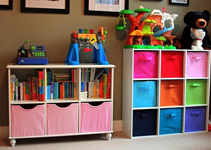 meuble caisson avec paniers de rangement multicolore pour organiser les affaires dans la chambre d'enfants et pour cacher le désordre
