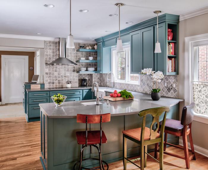 couleur bleu de gris façade et ilot central de cuisine, parquet bois, credence carrelage gris, parquet bois, plan de travail gris laqué