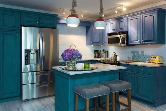 idee deco bleu petrole vintage avec meuble bas, armoire et ilot bleu petrole et muble haut bleu marine, parquet bois clair