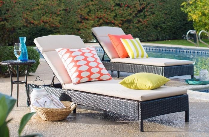 quel mobilier pour une terrasse de piscine, modèle de transats tressés avec matelas blanc et déco coussins en orange et jaune