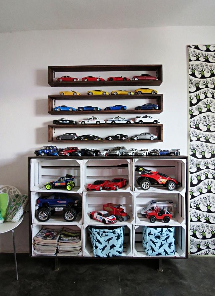 meuble de rangement chambre enfant avec caisses en bois récup, étagères murales bois pour ranger de petites voitures