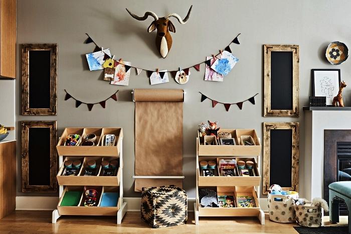 aménager un coin de jeux de style vintage et ethnique chic avec deux meubles de rangement jouet compartimenté à trois niveaux