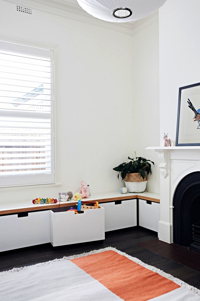 meuble de rangement bas ikea avec tiroirs qui se fond dans le décor du salon, banc rangement avec caissons