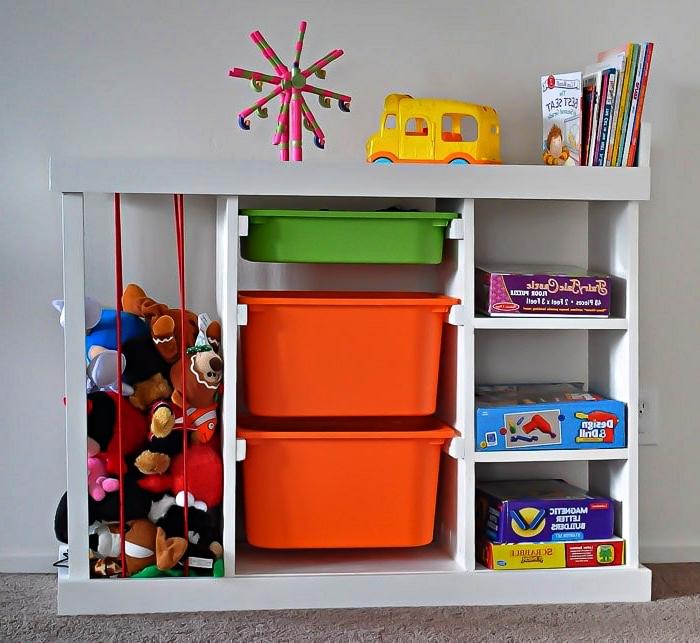 meuble de rangement avec étagères, bacs et cage à peluches pour mieux organiser les jouets des enfants