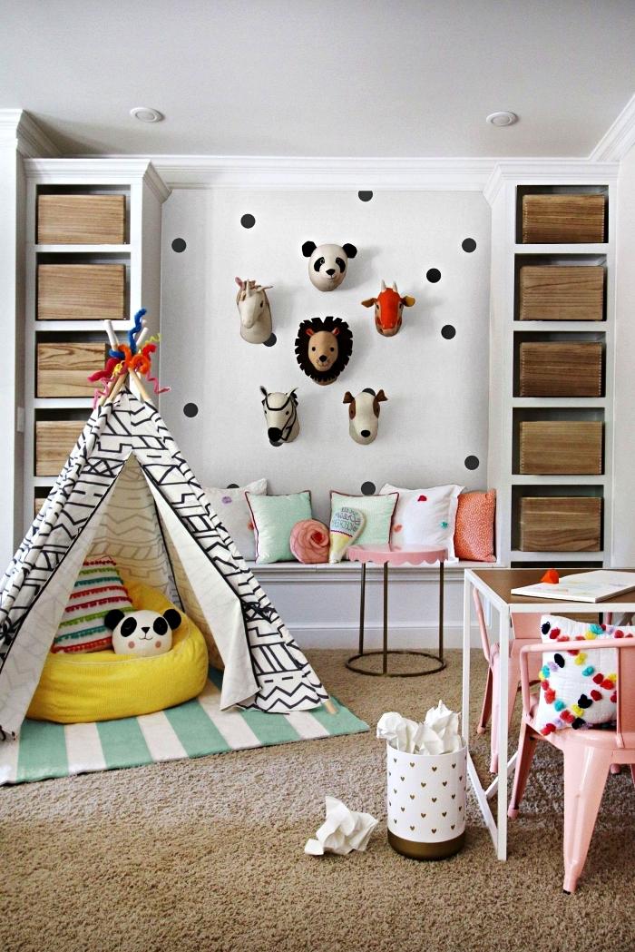 chambre d'enfant scandinave avec coin tipi, table de jeux, banc et meuble de rangement intégré à casiers bois
